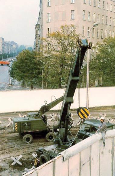 Abschlussarbeiten an der Mauerkrone an der Bernauer Straße im Jahr 1980